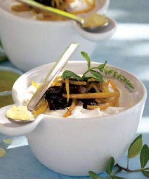 Olives dans un Verre avec du Yaourt, du Mastiha de Chios et du Miel