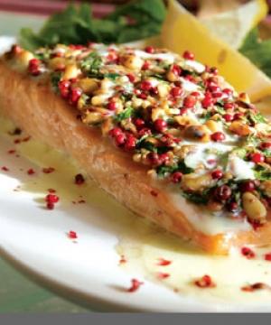 Σολωμός με Κρούστα από Κουκουνάρια και Σάλτσα Μαστίχας Χίου